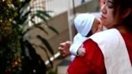 Moeder houden omarmen een baby