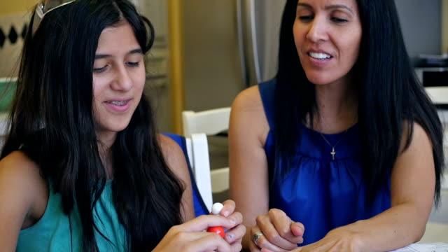Moeder homeschooling preteen dochter, onderwijs wetenschap klasse thuis