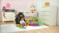 HD DOLLY: Mutter spielt mit Ihrem Baby