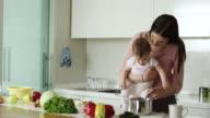 Mutter, die Zubereitung von Speisen für ihr baby