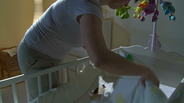HD CRANE: Mutter Putting Baby zu-Bett