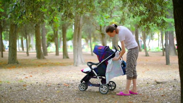 Madre di riposo con il suo bambino nel parco