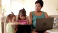 Mostra madre figlia come toccare un Tablet Computer