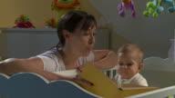 DOLLY HD: Madre con il Suo bambino in bianco