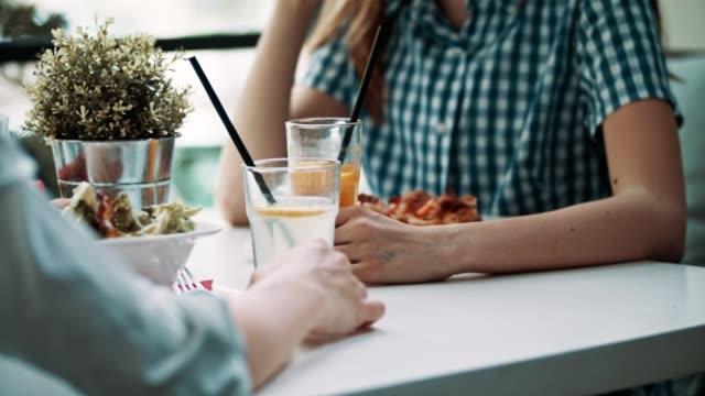 Moeder met tienerdochter in restaurant