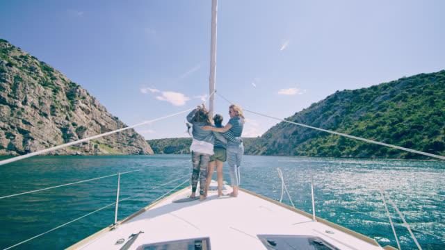 WS-Mutter mit zwei Töchtern auf einem Deck eines Segelbootes, Segeln in der Bucht