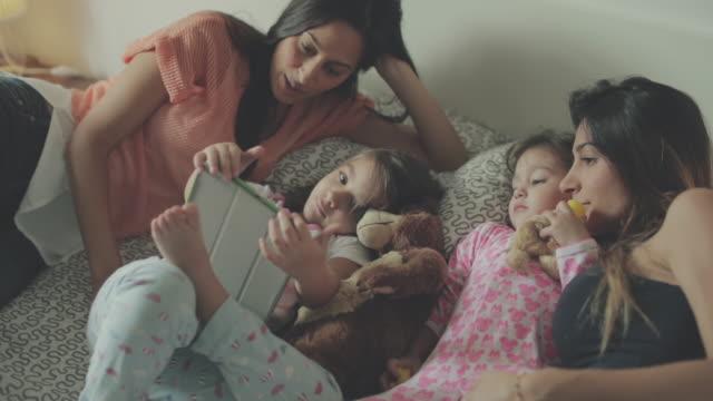 Mödrar och döttrar avkopplande tid hemma