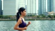 HD SLOW MOTION: vrouw draait op een park