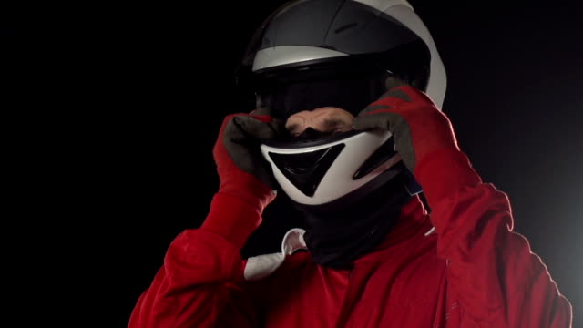 Foto di motori// pilota di Go-kart tenendo il casco