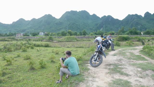 Motorrad-Reisenden eine Pause, die vietnamesische Landschaft zu fotografieren