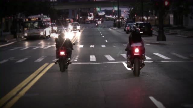 Motocicli. Notte di città ciclisti. Sport moto.