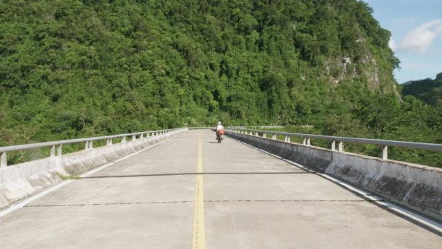 Motorradfahrer fahren über eine Brücke in Vietnam