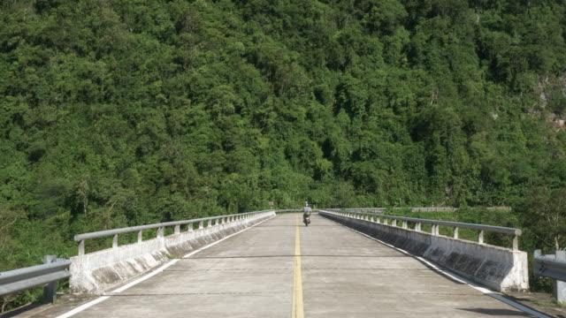 Motorradfahrer fahren durch einen Nationalpark in Vietnam