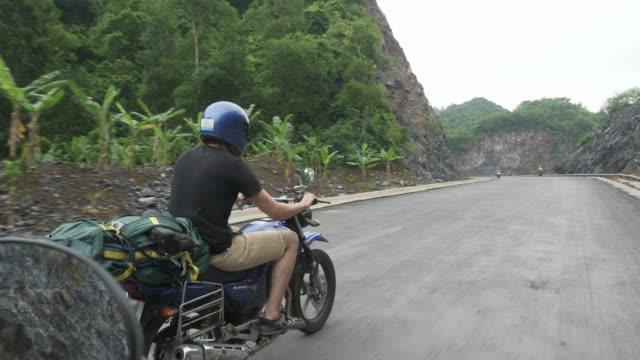 FPV: Motorradfahrer mit einem geladenen Pack durch Beschleunigung