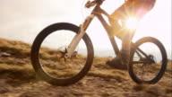TS SLO MO mountainbiker oplopend naar de top