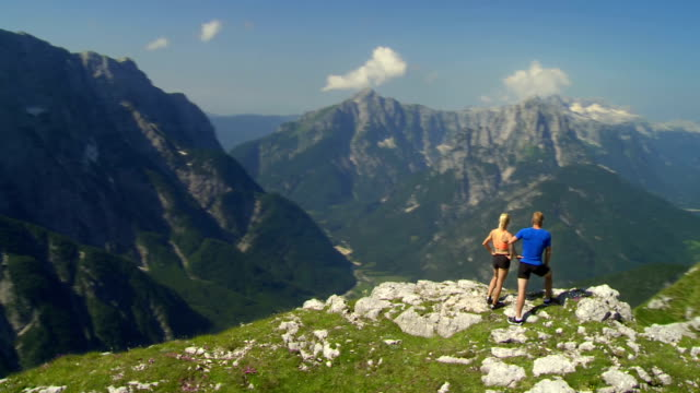 HD: Wanderer genießen die Aussicht auf die Berge