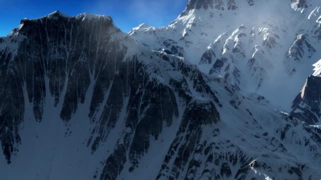 Mountain peaks tra le nuvole