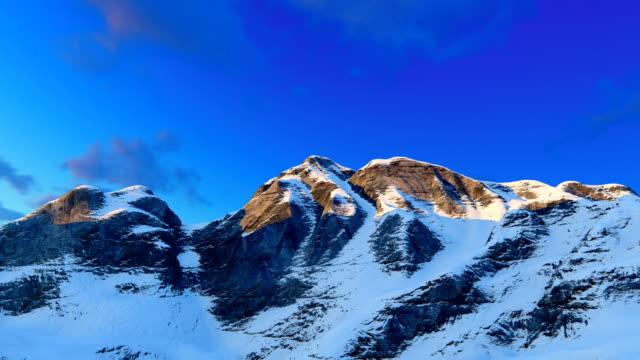 Bergrug met sneeuw