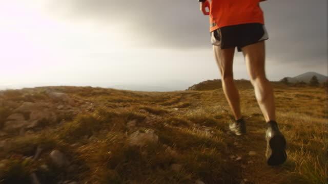 TS SLO MO mountain Läufer bei Sonnenuntergang