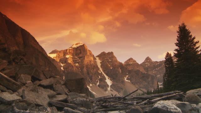 Panoramico di montagna al tramonto