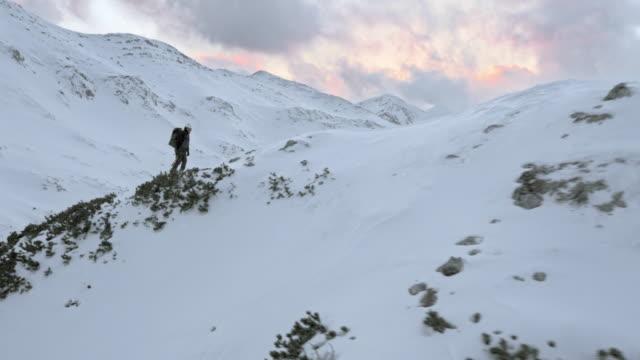 Luchtfoto bergbeklimmer lopen op sneeuw bedekte ridge