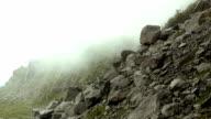 Montagna con nuvole di time-lapse drammatiche
