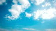 Bewegliche Wolken am Himmel