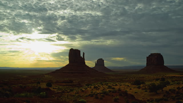 WS T/L Moving clouds over mesas in landscape at dawn / Monument Valley, Utah, USA