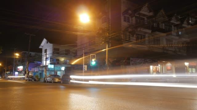Verplaatsen van lichte auto op kruispunt bij nacht, 4k(UHD), Time-lapse
