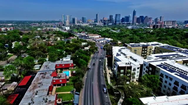 Verplaatsen naar Downtown Skyline van Austin, TX luchtfoto Drone vliegen Over Austin Texas 2016 Greenbelt Springtime hoofdstad prachtig uitzicht vanuit Zuid Lamar Blvd met Skyline stadsgezicht achtergrond met Condos en daken