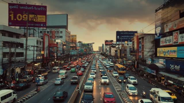 GIMBAL bewegen, Verkehr in Bangkok in der Dämmerung