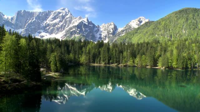 WS aerea del Monte Mangart riflettono nel lago