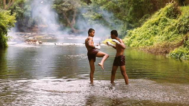 Muay thai oder Thai Boxen treten Zeitlupe in Thailand