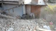 Muchos habitantes de Katmandu abandonan la ciudad tras el violento terremoto que dejo mas de 4000 muertos mientras Naciones Unidas prepara una gran...