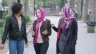 Multiculturele vriendinnen lopen in de stad