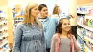 Multi-ethnischen Familie einkaufen für Erkältung und Grippe Medikamente in Supermarkt pharmacy