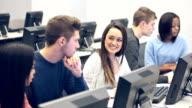 Multi-ethnischen Gruppe von Schülern in der Klasse auf Computern
