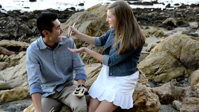 Multi-ethnischen romantische Paare, Sushi am Strand