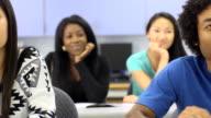 Multi-ethnischen-Schüler im Klassenzimmer-der Fokus