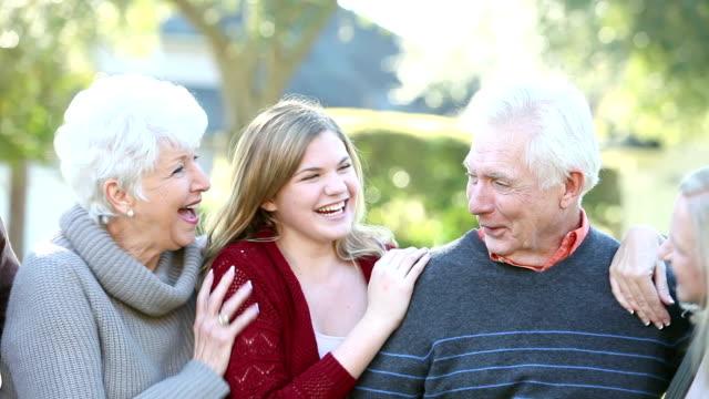 Multi-Generationen-Familie in einer Reihe, lachen, reden