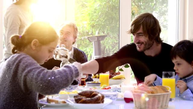 Multi-generazione famiglia avendo colazione turco