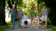 HD: Multi-Generational Familie Walking im Park