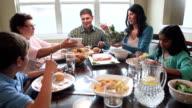 Multi-generational hispanische Familie genießen Zeit zusammen und Abendessen
