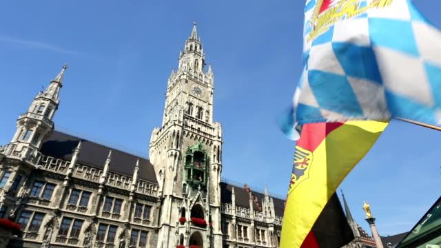 München town hall mit bayerischen Flagge