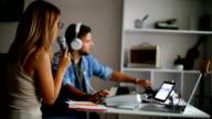 Filmmuziekcomponisten maken van nummers in de opnamestudio