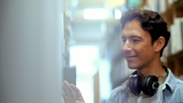 4K: Musikfan bei Record Storage
