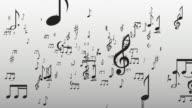 Note musicali vola attraverso la telecamera