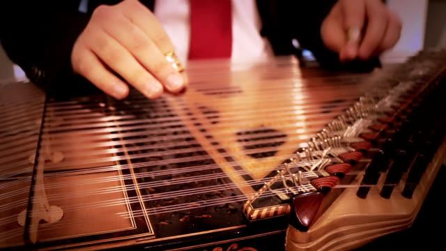 Musiker spielt das instrument