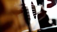 Muzikant spelen akoestische gitaar