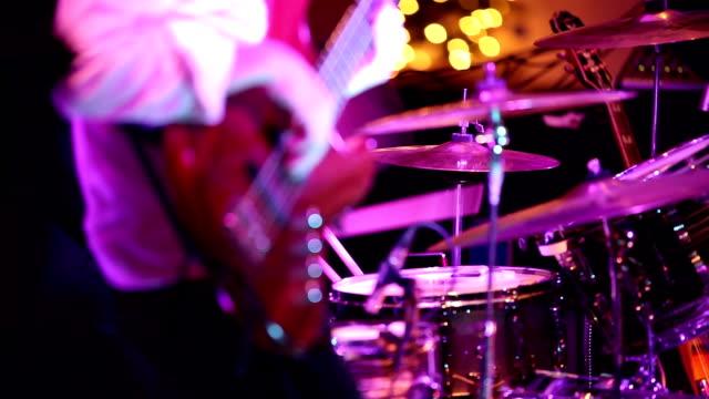 Musiker auf der Bühne durchführen